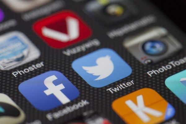 Social Media Icons mit Twitter im Zentrum