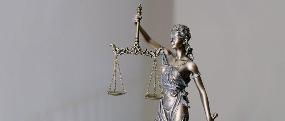 Justicia mit verbundenen Augen und Waage