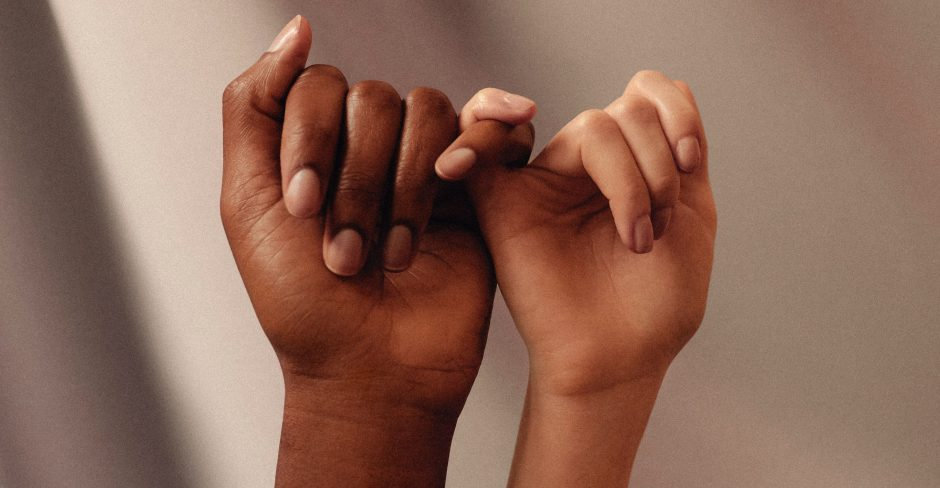 Zwei Hände greifend unterstützend ineinander.