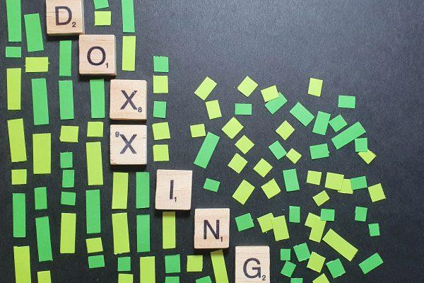 Doxxing ist als Fehler in der Matrix dargestellt.