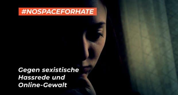 Traurige Frau im Hintergrund der #NoSpaceForHate-Kampagne